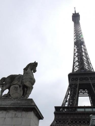 銅像とエッフェル塔