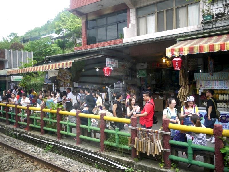 台湾の十分へローカル電車の旅!...
